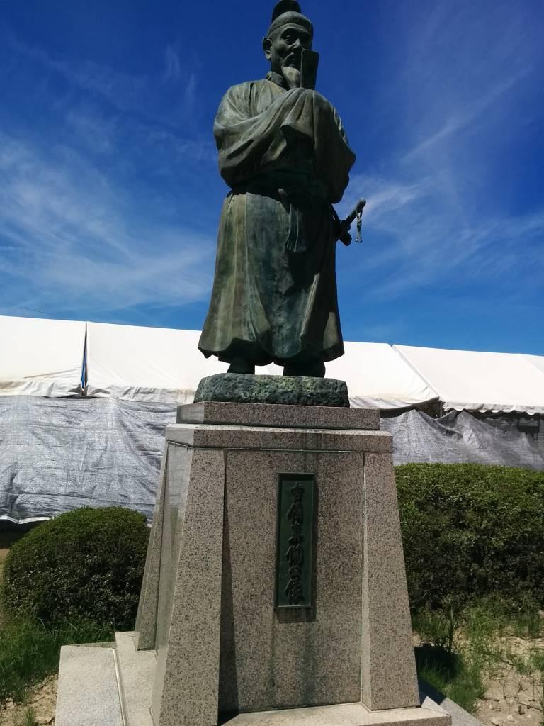 真備町の名前の由来となった吉備真備像。箭田サテライトが設置されている倉敷市真備支所にあります。