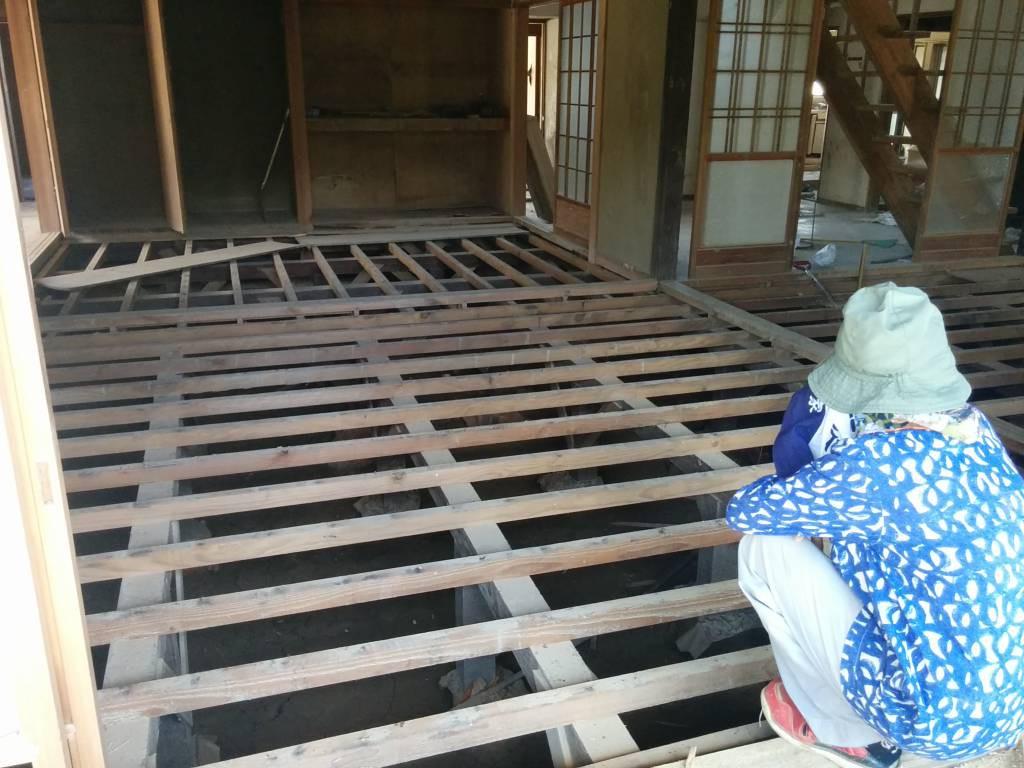 1階の床板はすべてはがしたものの、柱を取り除かないと溜まった泥を出せない、と途方に暮れていた。