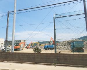 災害ゴミが山のように積みあがっていた。家電、畳、箪笥など種類別に集積されトラックで運ばれている