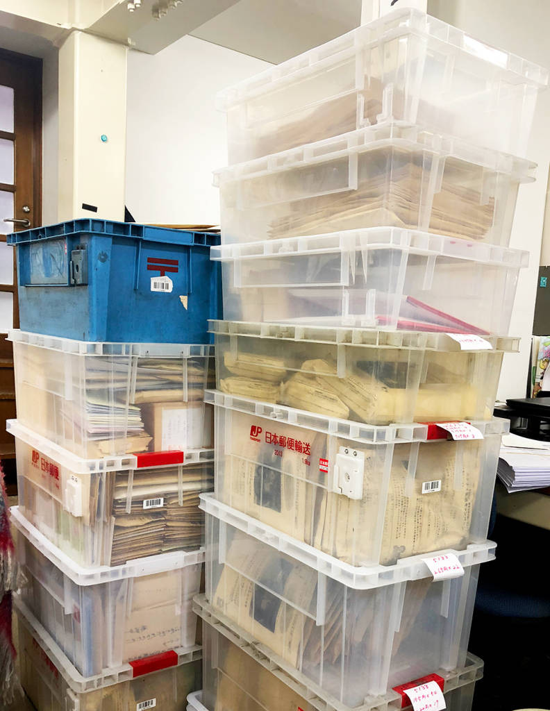 東京事務所に届いたたくさんの切手・はがき