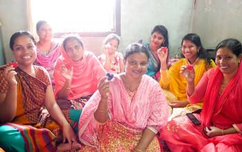 チャームを手にするバングラデシュのパートナー生産団体「サリー・アン」