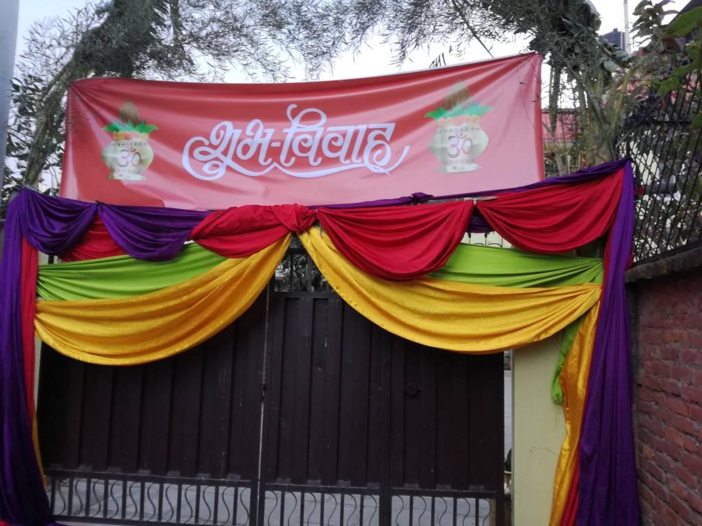 結婚式を控えた家の門は華々しく装飾されています