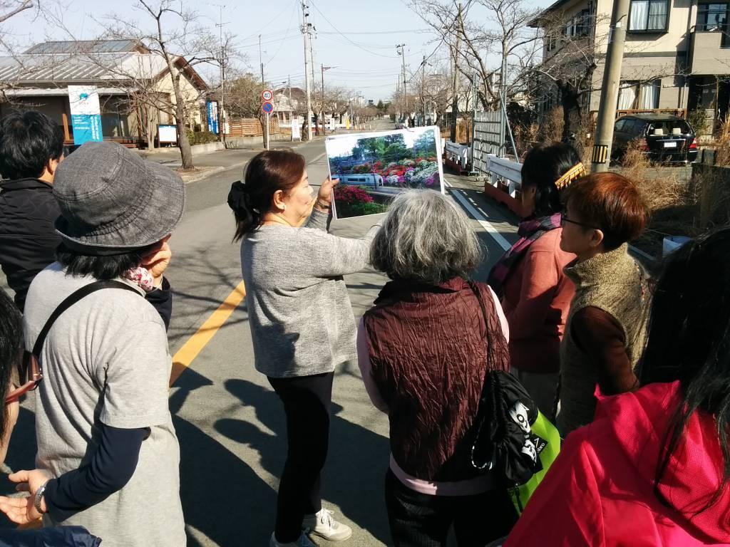 富岡町の夜ノ森の桜並木で震災直後の様子を説明する田中さん