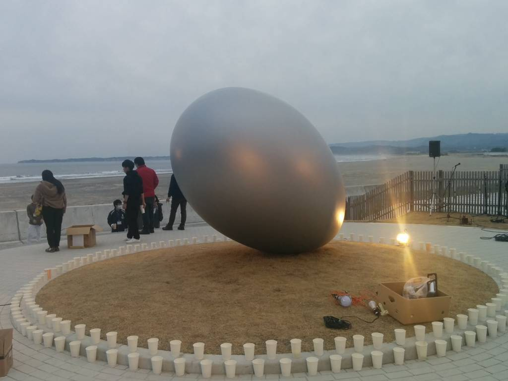 岩間海岸に設置されたモニュメント「きみと」。3月10日、ライトアップされた