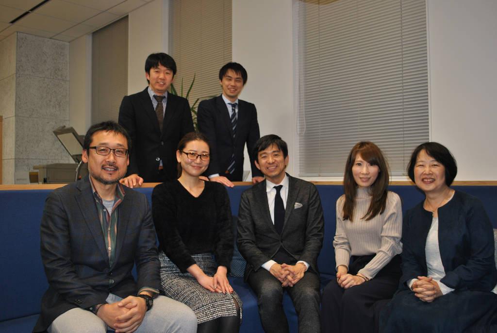 虎ノ門にある素敵なオフィスで社員のみなさんと。前列中央が倉本社長、右端が杉江さん、後列左が加藤さん。社員のみなさんの笑顔がとても印象的でした。