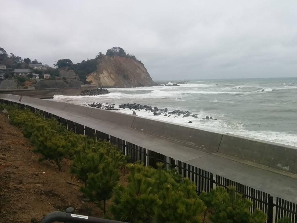 3月11日、強風と雨の久之浜のようす。高い堤防の上から。