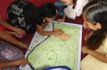 「★」マークのついた自分の家を防災地図で探す子どもたち