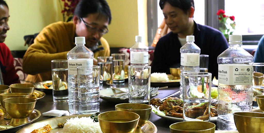 ネパールの定食、ダルバートを「手で」召し上がれ!