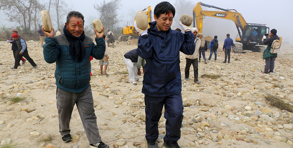 前回のスタディツアーでは住民と簡易ダム設置のための石拾いを体験。