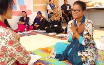 2018年11月シャプラニールが実施したロヒンギャ難民支援の様子。難民キャンプで働く職員を対象に、PTSD(心的外傷後ストレス障害)やセルフケアについて学べる研修を実施した。