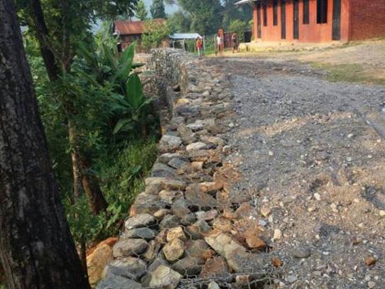 学校周辺に土砂崩れ防止壁を設置