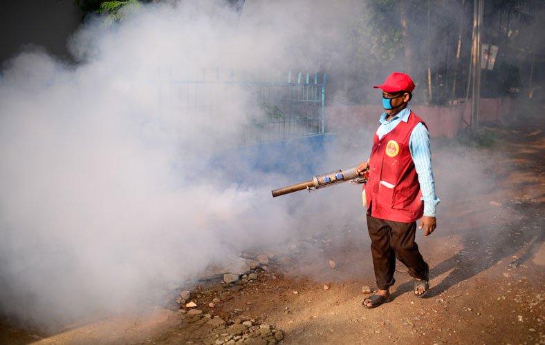 薬を噴射(Dhaka Tribune より)