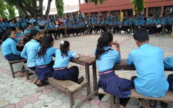 司会(右上)が出すクイズに熱心に耳を傾ける学生たち