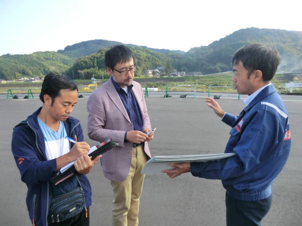 国土交通省中国地方整備局の桝谷さん。資料を見せながら丁寧に説明くださいました。