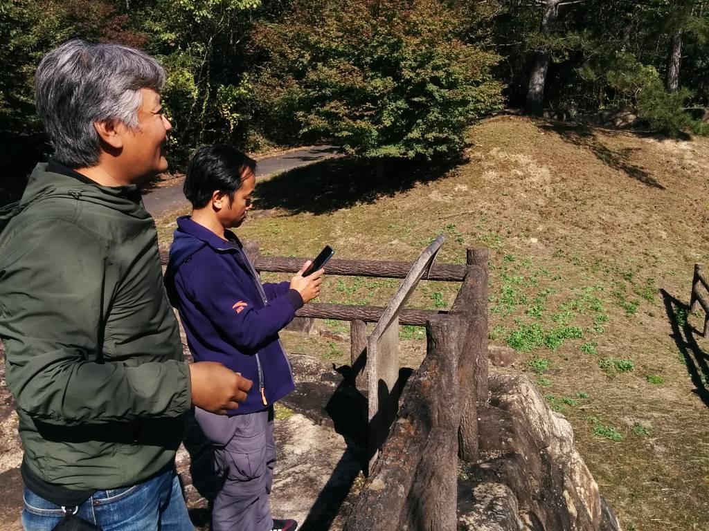 「砂防ダムの発祥地」で説明してくれる三田さん