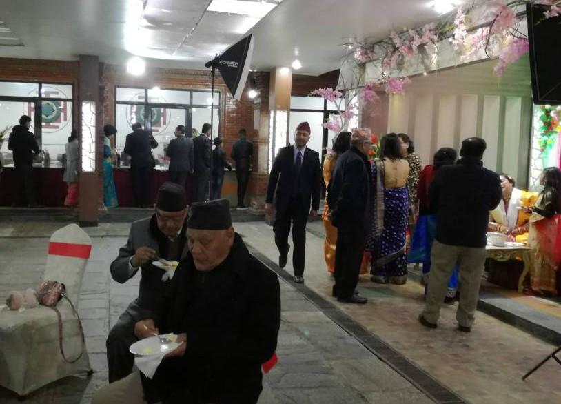 手前がスナック食べるスペース、奥の列は食事をよそう列、右端に花嫁がいます