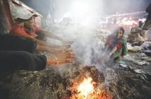 焚火をする人たち(Daily Starから写真を拝借)