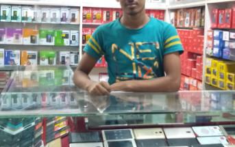 バングラデシュ製スマホを売る店には所狭しと商品が並んでいる