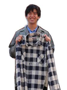 バングラデシュへいくきっかけとなったシャツを手にする谷さん