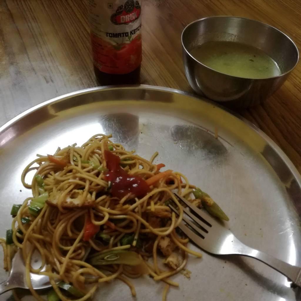 麺類やフライドライスなどはフォーク、スプーンを使います