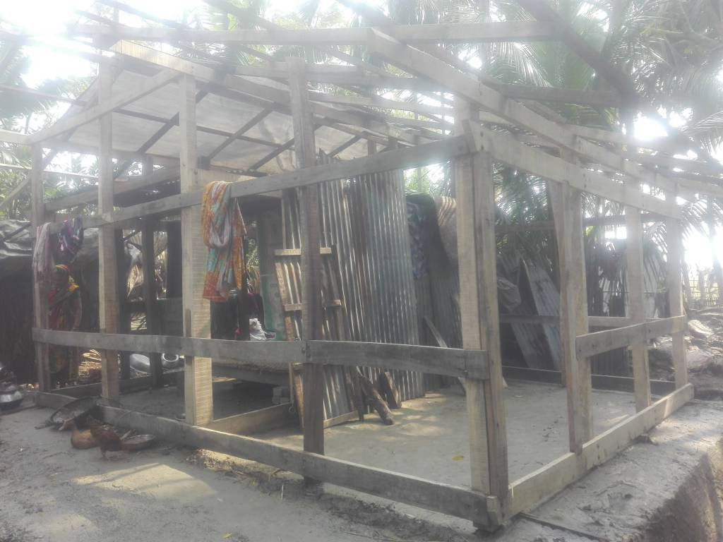再建途中の家