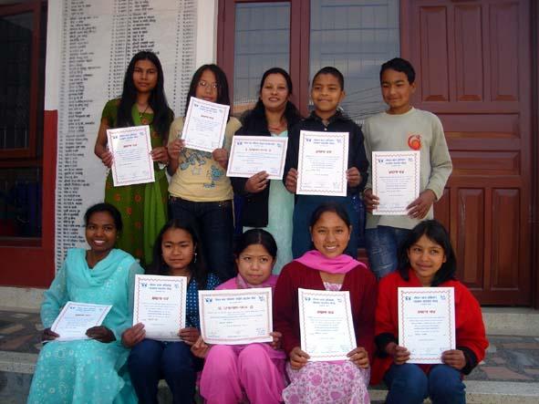 ノンフォーマル教育プログラムの修了書を手にする子どもたち(ネパール働く子ども)