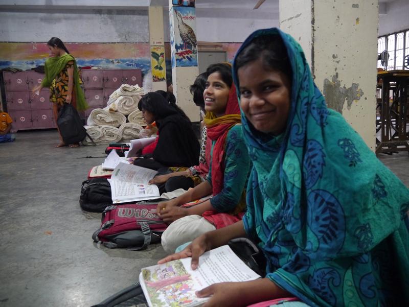 ドロップイン・センターで勉強する少女たち
