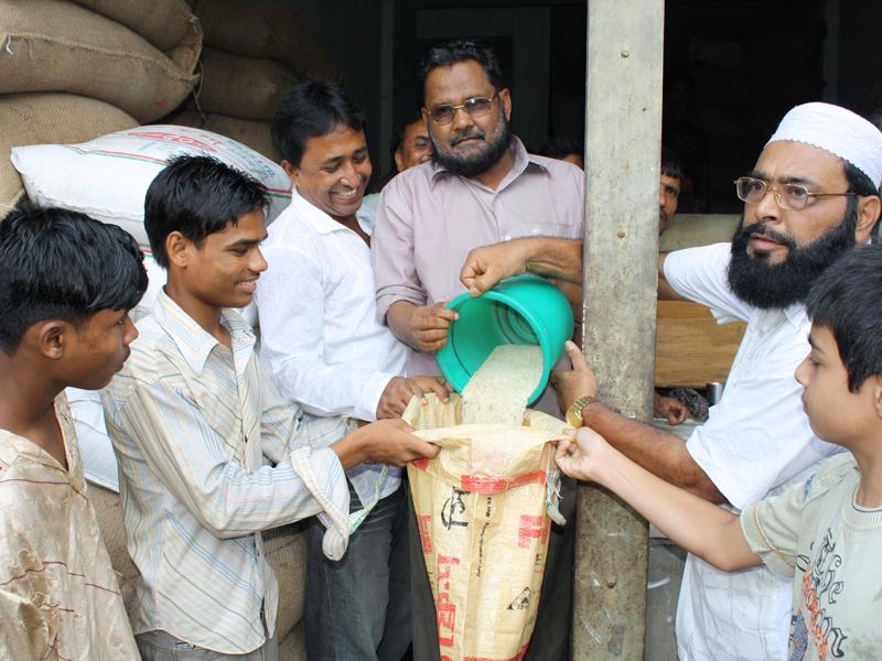 地域住民から食糧提供がはじまる