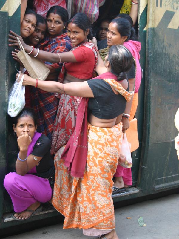 満員電車にンり込む女性たち