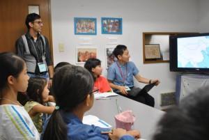 子ども向けのワークショップでネパールについて説明する北川さん(写真右端)