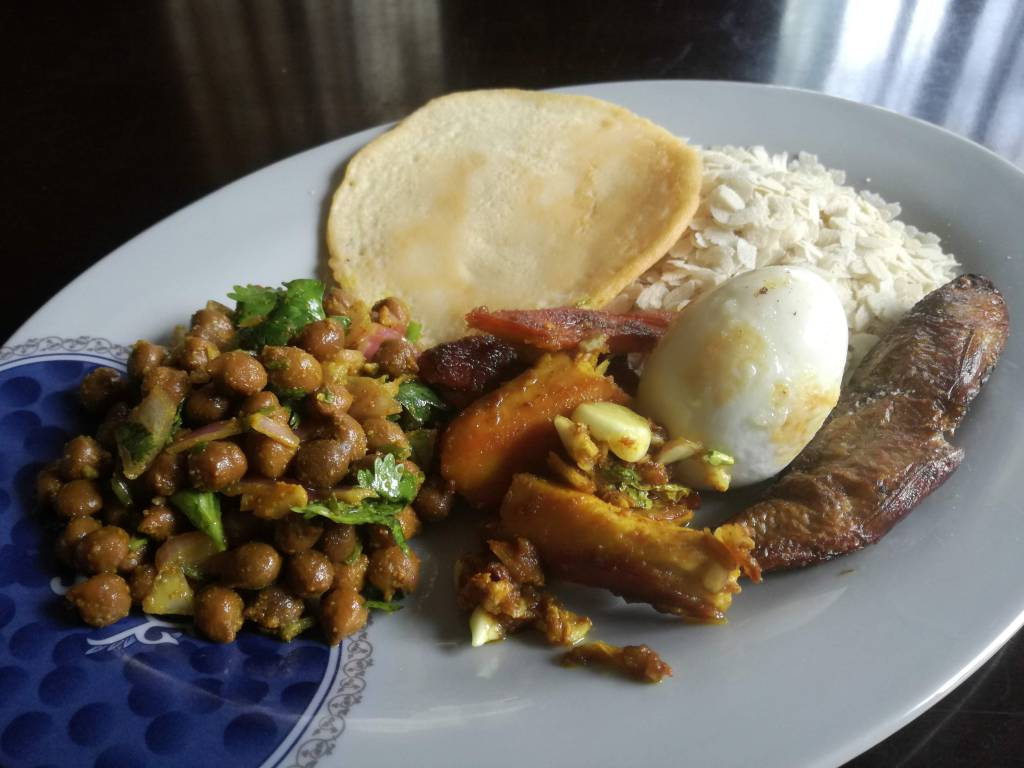 母の日のネワール料理 事務所のネパール料理ランチが恋しくなったころ、大家さんがご馳走をくれました