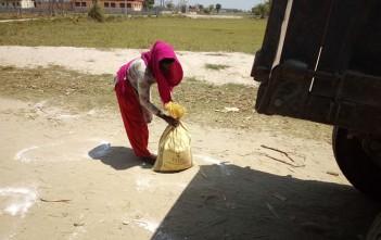 ネパール・マディ市内での食料配布の様子