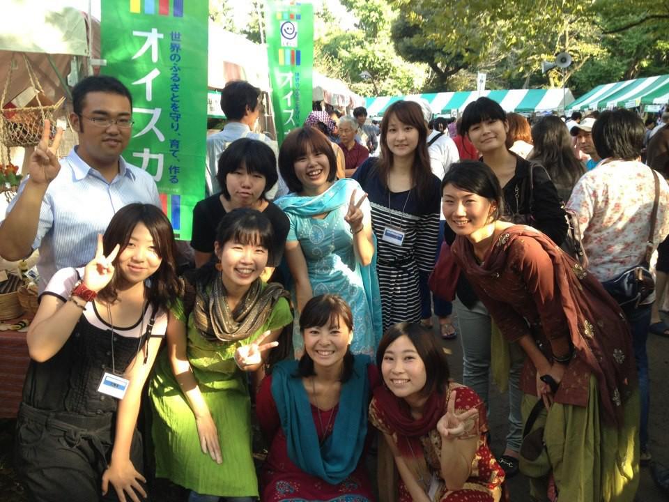 水色のサロワカ(バングラデシュの衣装)を着ている武田さん/インターン時代はフェアトレード商品のお出かけ販売のお手伝いなどもしました。