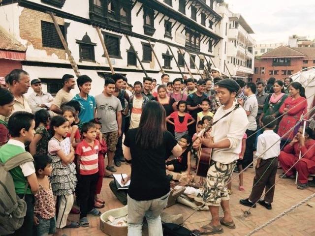 ネパール地震から2ヶ月後、2015年6月タメル旧王宮広場にてストリートライブを行った。 最初は不謹慎ではないかと迷った末の決断であったが、お年寄りから子どもまでが、テントの中から出てきてくれ、一緒に歌い、踊った。