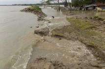 堤防が決壊し、水がボギ村に流れ込む様子