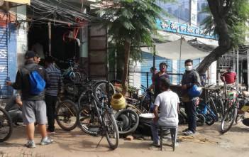 6/12の夕方、街の自転車屋さんには修理に客が集まっていた