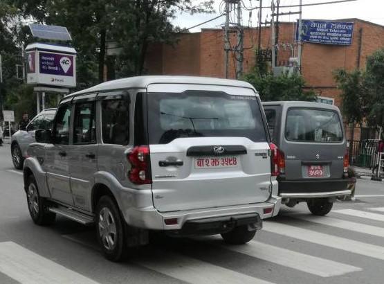 左の白い車は「3594」、右の車は「7520」