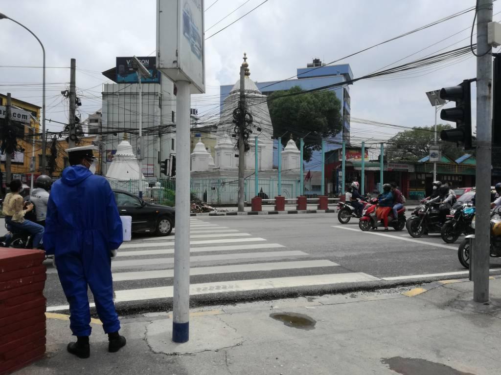 左端の警察官はゴーグル、マスク、防護服、グローブのフル装備