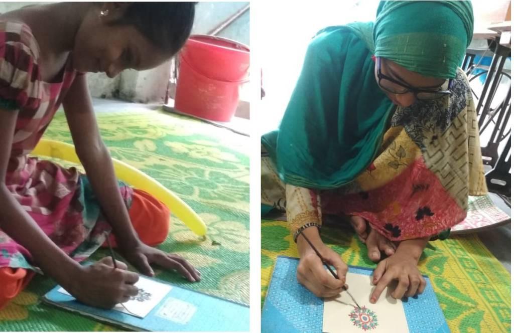 封筒にデザインを書く少女たち