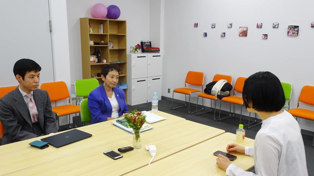 一般社団法人MY TREEペアレンツ・プログラム代表森田ゆり氏に「MY TREEペアレンツ・プログラム」について取材している犬山さん(右端)