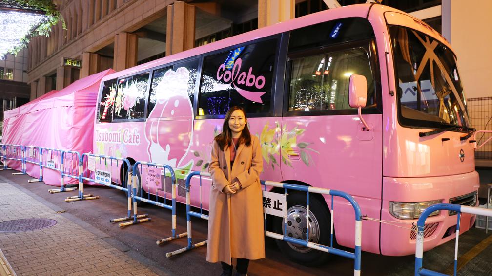 ピンク色が目印のColaboのバスカフェの前にてー仁藤さん