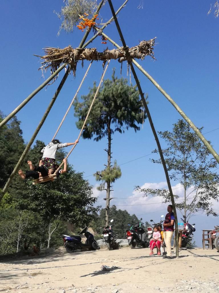 ダサイン(秋のヒンズー教のお祭り)にはピン(手作りのブランコ)が出現。子どもたちの笑いがこだまする