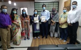 2020年11月10日にダッカ大学行われた調印式の様子。 中央左はシャプラニール・バングラデシュ事務所長の内山智子。 中央右がダッカ大学日本研究科会長のアブドゥラ・アルマムン博士。