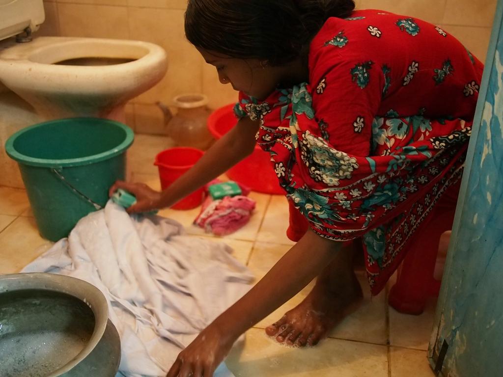 ▲経済的に苦しい家族を支えるため、家事使用人として働く少女。 バングラデシュには数十万人もの家事使用人の少女が存在する。 シャプラニールは首都ダッカで3つの支援センターを運営し、 少女たちに教育の機会などを提供している。
