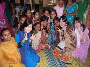 少女たちと交流するスタディツアー参加者