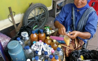 インドネシアで出会ったジャムウ売り。大きな籠を背負い、ジャムウを売り歩く。