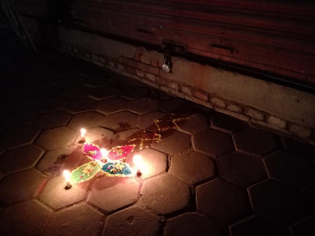 富の女神ラクシュミーを家に誘う、色粉の飾り絵が玄関前や店先に描かれる