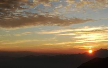 2021年1月2日の日の出。あいにく、ヒマラヤは奥にうっすら見える山脈です。エベレストは写真があともう少し左に長かったら入っていたかもしれません。