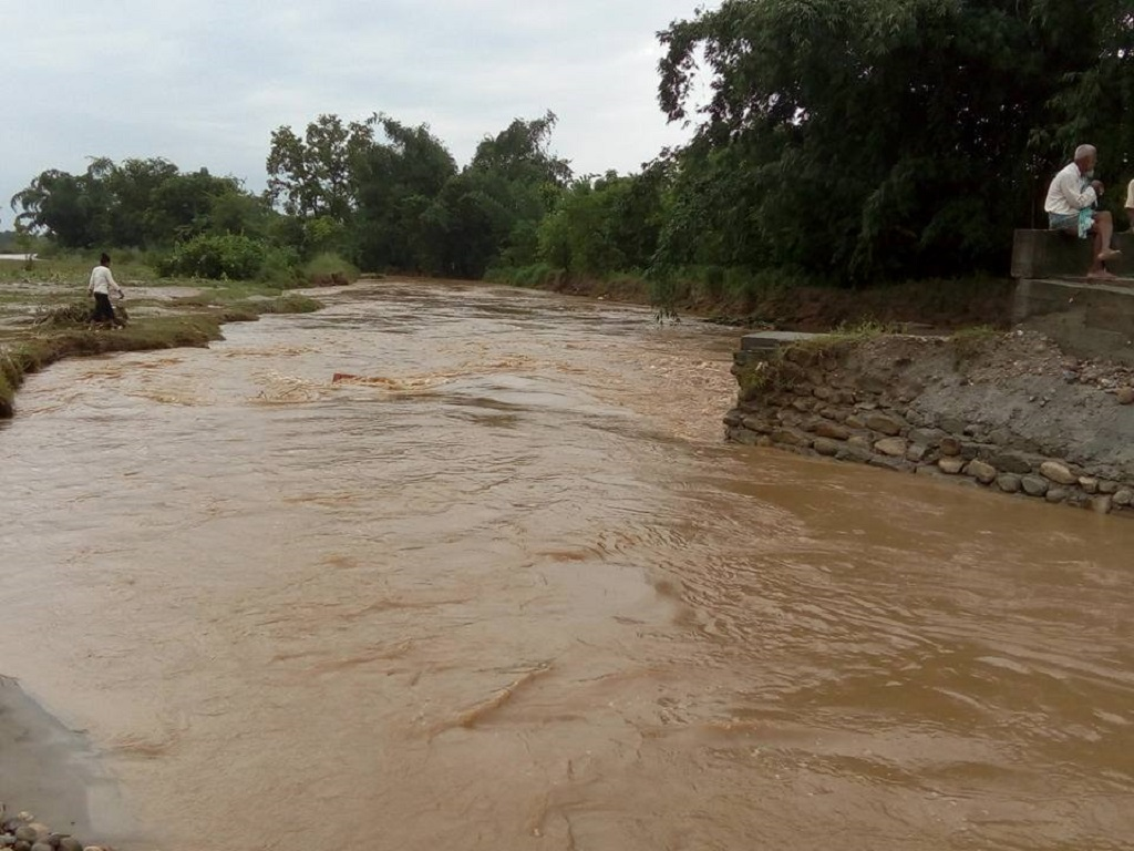 橋が壊れ、溢れた水が畑に流れ込んだ様(ラクタニ 川 下 流 、2017年8月)