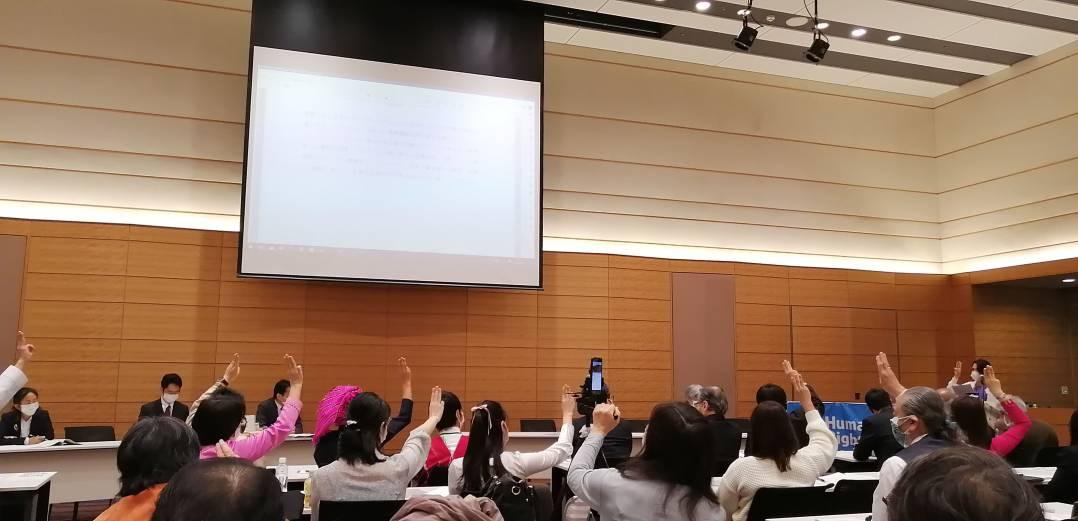 在日ミャンマー市民協会のメンバーのコメントを聴いていた聴衆が一斉に抵抗運動のサインである3本指を立てるポーズ